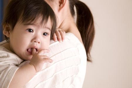 bebes ni�as: Beb� que grita mientras Kuwae el dedo Foto de archivo