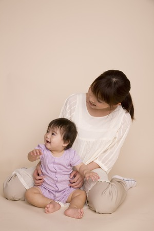 Baby are willing to be embraced by the mother 版權商用圖片