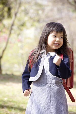 sac d ecole: Elementary school students carrying a school bag