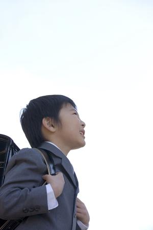 school bag: Studenti delle scuole elementari che trasportano un sacchetto di scuola