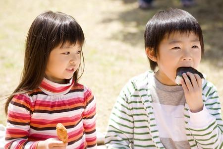 子どもたちが食べる