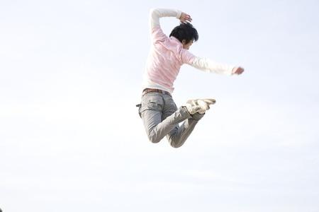persona saltando: Los hombres saltan