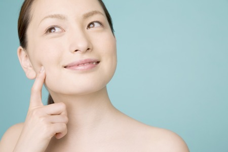 女性は美容ケアを使用します。