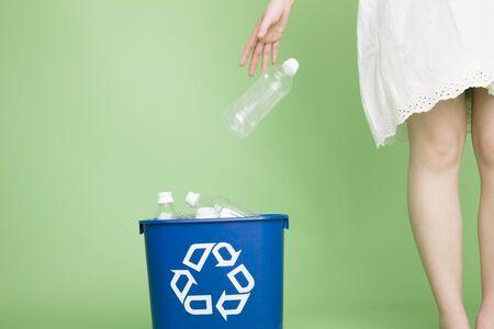 Vrouwen die weg te gooien de plastic flessen