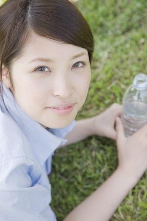 botellas pet: Las mujeres con botellas de PET