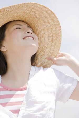 chapeau paille: Les femmes en riant et portant un chapeau de paille
