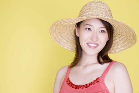 chapeau de paille: Femme portant un chapeau de paille