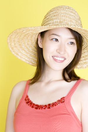chapeau paille: Femme portant un chapeau de paille