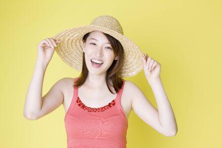 straw hat: Donna che porta un cappello di paglia Archivio Fotografico