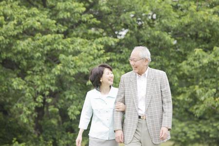 노인 부부는 무승부 암 동안 공원에서 산책하기