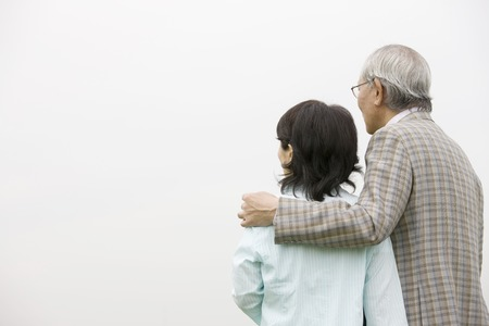 snuggle: Elderly couple that views while snuggle