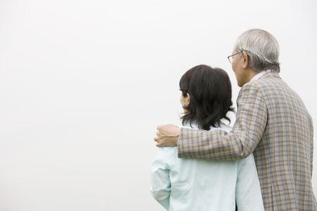 pareja de esposos: Pareja de ancianos que vistas mientras Snuggle Foto de archivo