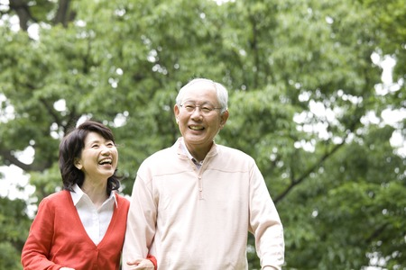 pleasant emotions: Elderly couple to walk in the park
