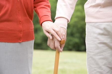 노인 부부의 손은 서로 손 지팡이 함께