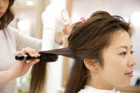 Vrouwen hebben droog haar kapper Stockfoto