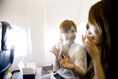 2 women of to eat in the airplane