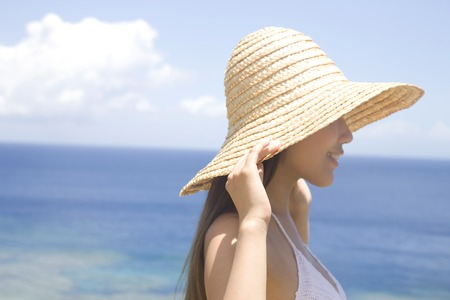 Women profile smiling and wearing a straw hat