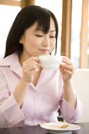 seres vivos: Las mujeres beben t� en el caf� Foto de archivo
