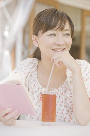 seres vivos: Lectura de la mujer en la cafeter�a abierta