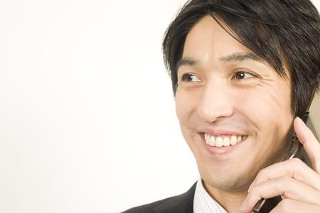 通信: Businessman talking on mobile phone