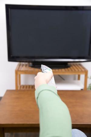 los seres vivos: Mano de la mujer con un mando a distancia Foto de archivo