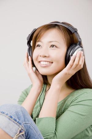 seres vivos: Las mujeres est�n escuchando m�sica con auriculares