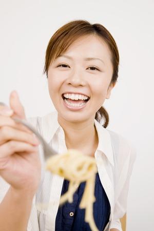 los seres vivos: Mujer comiendo pasta  Foto de archivo