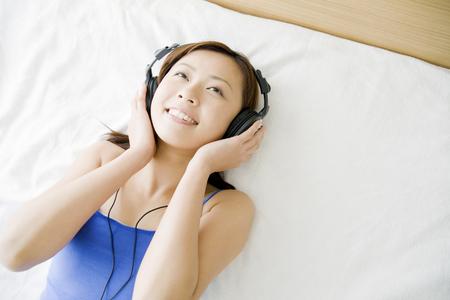 seres vivos: Mujer escuchando m�sica con auriculares  Foto de archivo