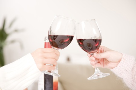 Mano de mujer para brindar con el vino