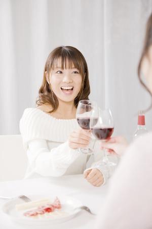 jovenes tomando alcohol: Mujer que tuesta con el vino