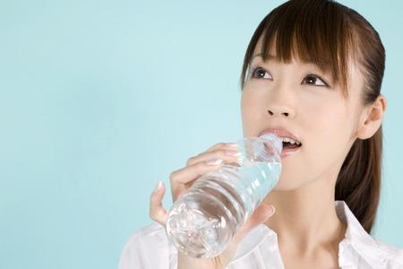 Woman drinking water 版權商用圖片