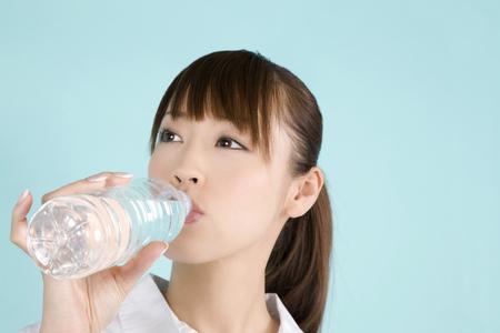 agua potable: Mujer de agua potable