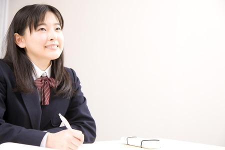 研究所で勉強する女子中学生 写真素材