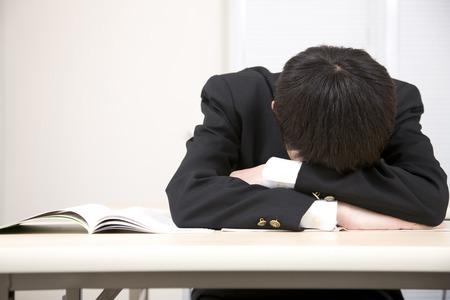Men's junior high school students to sleep