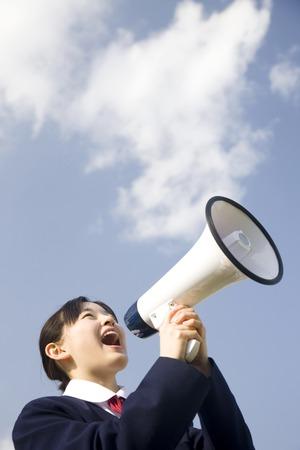 Junior high school girls to issue a loud loudspeaker