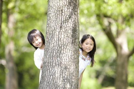 seres vivos: Dos niñas de emitir una cara del árbol