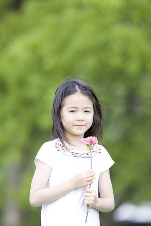 seres vivos: Niña con una flor