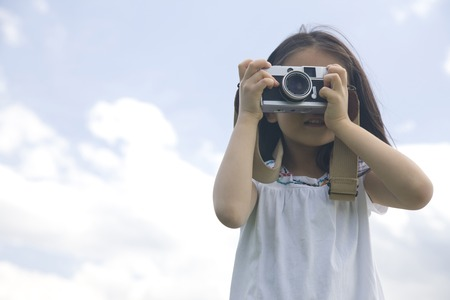 seres vivos: Chica para ser fotografiado por la cámara