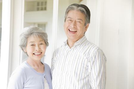 persona mayor: Una pareja de ancianos tiene que reír