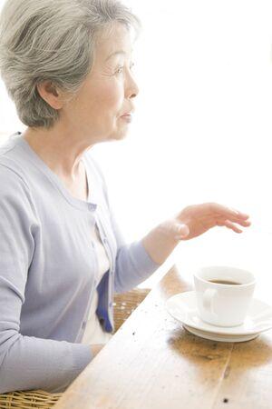 femme qui rit: Senior femme en riant Banque d'images
