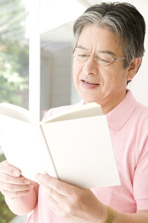 ser humano: Senior hombre leyendo un libro Foto de archivo