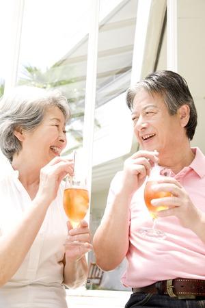 t� helado: Bebe t� helado pareja de ancianos Foto de archivo