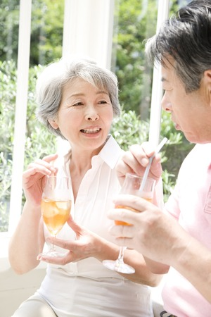 té helado: Bebe té helado pareja de ancianos Foto de archivo