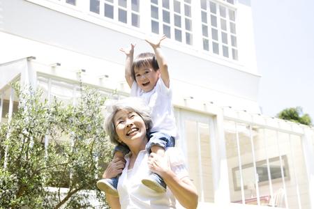 Abuela a los nietos a cuestas