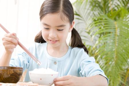 白米を食べる女子高生