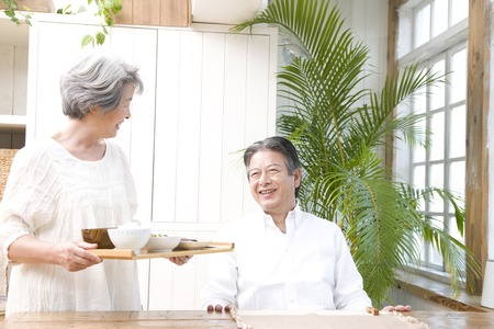 Wife carrying the husband of breakfast 版權商用圖片