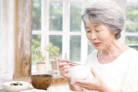 Senior Frauen, die Frühstück essen
