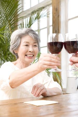 赤ワインで乾杯する老夫婦