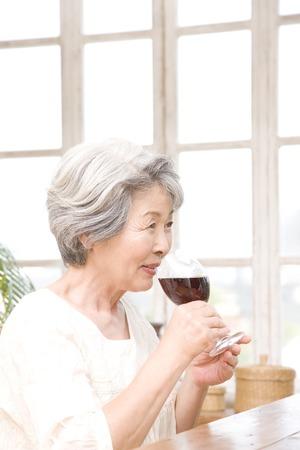 seres vivos: Mujeres mayores que beben el vino rojo