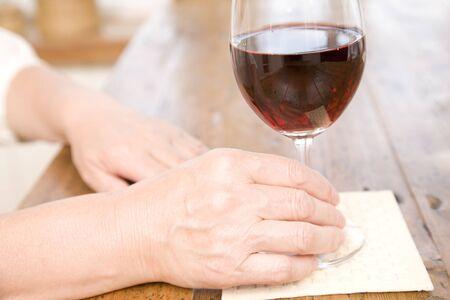 şarap kadehi: Hand of senior women with wine glass
